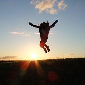 femme-saute-de-joie