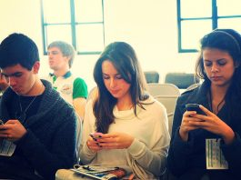personnes regardant téléphone portable