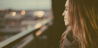 Une femme pense à son ex