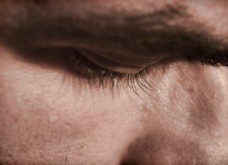 Les hommes se cachent pour pleurer
